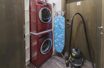 Pračka, vysavač, žehlička k dispozici